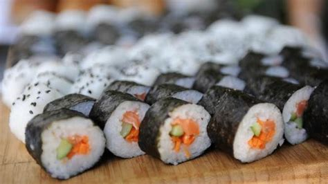 membuat sushi sederhana ala rumahan mudah