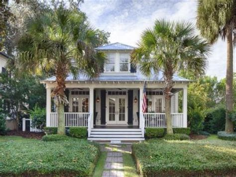 Belle bungalow for sale with palm trees standing at salute around her