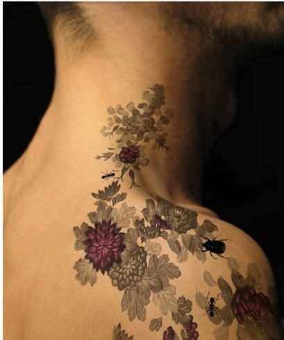 fiori sulla spalla tatuaggio sulle spalle idee e consigli utili per un