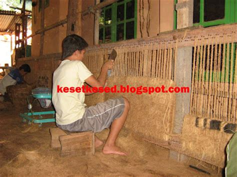 Keset Sintetis Keset Rumput Sintetis proses pembuatan oleh perajin produk dari sabut kelapa