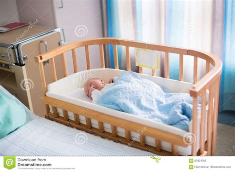 Si Attacca Al Letto Prezzi by Newborn Baby Boy In Hospital Cot Stock Image Image 57824769