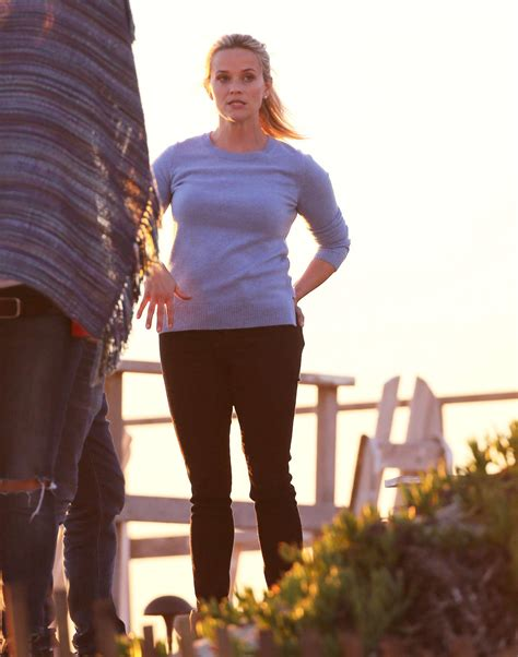 beachy texture photo reese witherspoons 10 best reese witherspoon filming on malibu beach 10 gotceleb