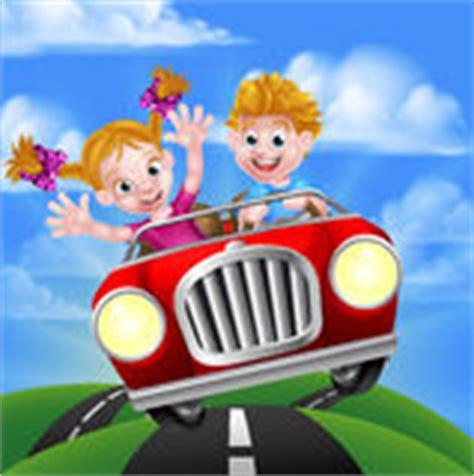 Kinder Die Auto Fahren by Junger Mann Und Frau Der Karikatur Die Den Spa 223 F 228 Hrt