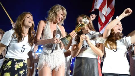 taylor swift concert 2019 usa us women s soccer players surprise fans at taylor swift