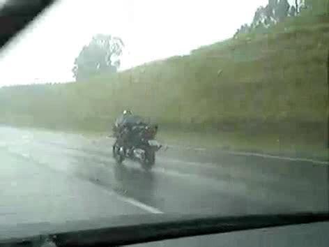 Motorradfahren Im Regen by Motorrad Suzuki Bandit 1200 Mit Autopilot Bei Regen Dann