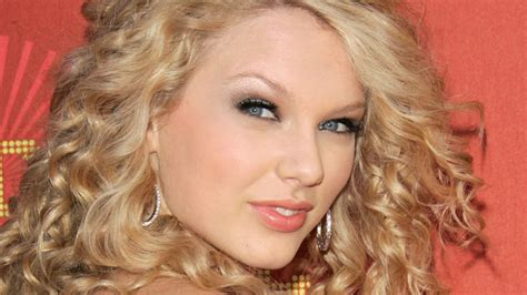 mini biography about taylor swift december 13 biography com