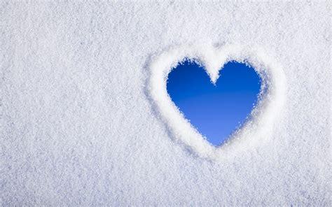 witte achtergrond met 3d pingun met zonnebril en een ijsje liefdes hartje in de sneeuw mooie leuke achtergronden