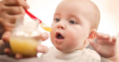 el bebe de  meses siempre quiere estar contigo desarrollo del bebe mes  mes