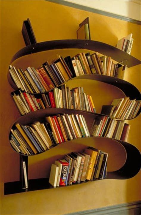 壁を這いずり回る生き物のような本棚 arad ロンアラッド の the bookworm bookshelf