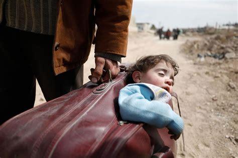 bambino nella la vera storia bimbo nella valigia inchioda i ribelli