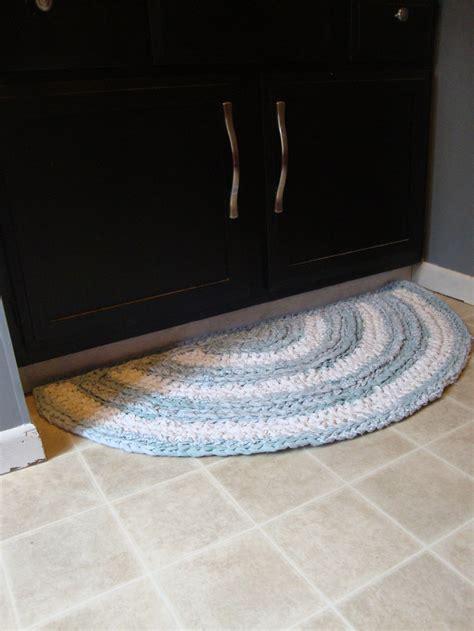 crocheting a half circle rag rug tutorial by ronniengirls