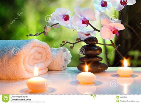 massaggio con le candele massaggi la stazione termale della composizione con le