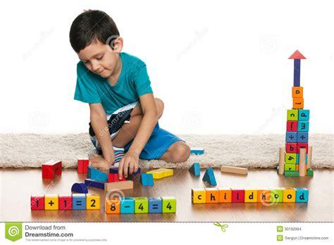dibujos niños jugando con juguetes ni 241 o peque 241 o listo con los juguetes en el piso imagenes de