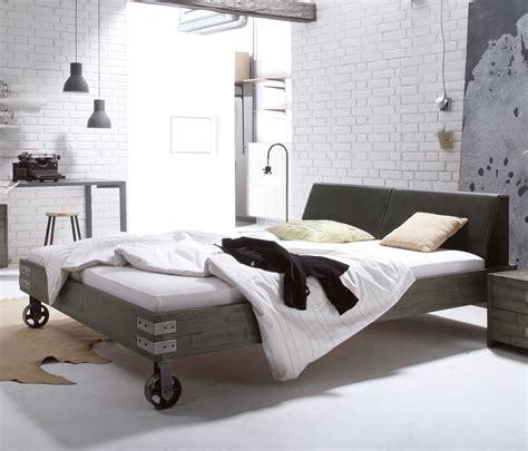 Bett Vintage Look by Massivholzbett Mit Rollen Im Industrial Design Tornio