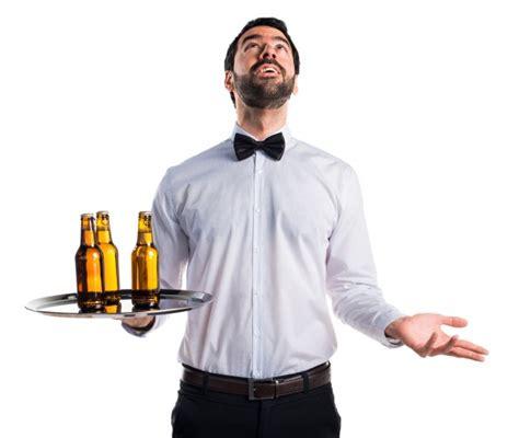 con cameriere cameriere con bottiglie di birra sul vassoio