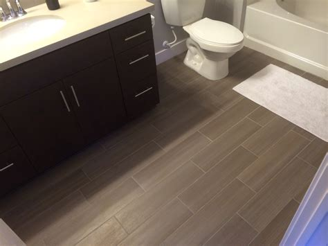 Flooring Ideas For Small Bathrooms by Best 25 Bathroom Flooring Ideas On Bathrooms