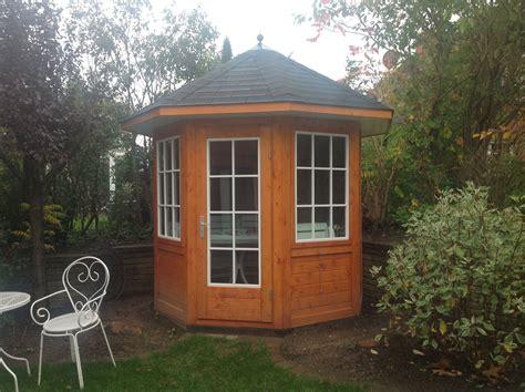 Gartenpavillion Aus Holz by Kleiner Gartenpavillon Aus Lasiertem Holz