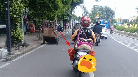 Tas Naik Motor driver uber bawa tas besar naik motor saat didekati ada