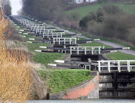 devizes canal boat hire caen hill locks on the kennet avon canal near devizes