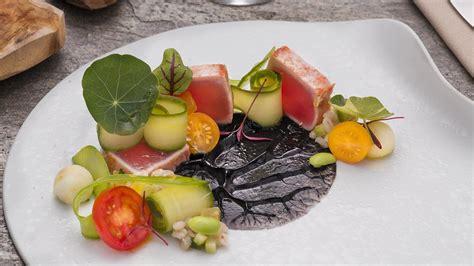 cucinare tonno rosso tataki di tonno rosso al sale affumicato insalata di orzo