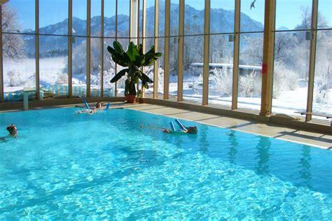schwimmbad mit überdachung wellnesshotel mit schwimmbad hallenbad freibad im f 252 ssen