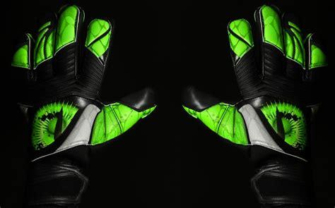 Sarung Tangan Adidas Predator Zones mata baru untuk penjaga gawang locker of the penguin