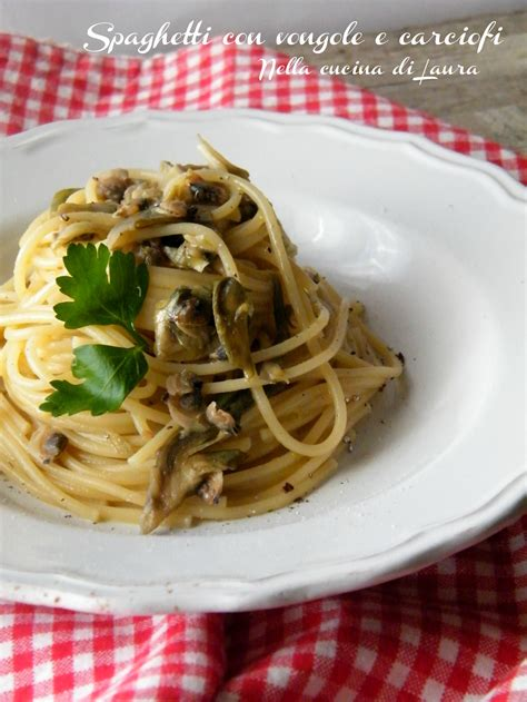 cucinare vongole fresche spaghetti con vongole e carciofi nella cucina di
