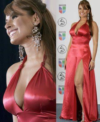 el elegante vestido rojo de galilea montijo que la hizo robar miradas en premio lo nuestro galilea montijo y andrea lagarreta coquetean a la moda hsm chismes lose todo