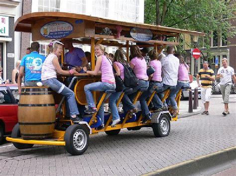 bike brewery bike clientes andam de bicicleta e tomam cerveja