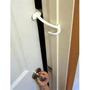 bathroom door locked itself ドアモンキー 子どもが操作できないドアロック ピンチガード 子供を危険から守る方法 子育てのちょっとした工夫