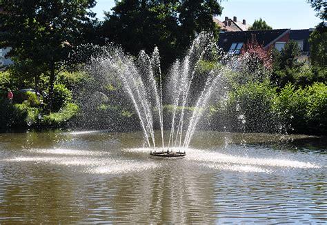 kleiner springbrunnen in einem teich in euskirchen 01 08 - Springbrunnen Teich