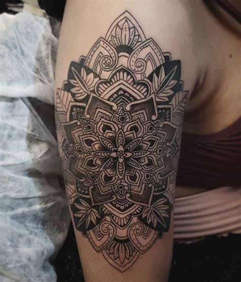 mandala wz 243 r tatuażu na ramieniu