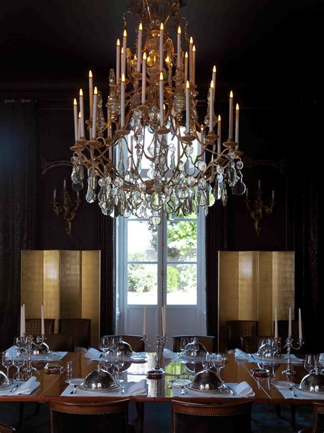 dining room black panelling cristal chandelier
