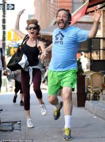 Leslie Mann Detox Diet by Leslie Mann And Judd Apatow Lark Around On Day Out With