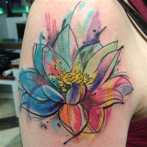 flor de loto en acuarelas tatuajes para