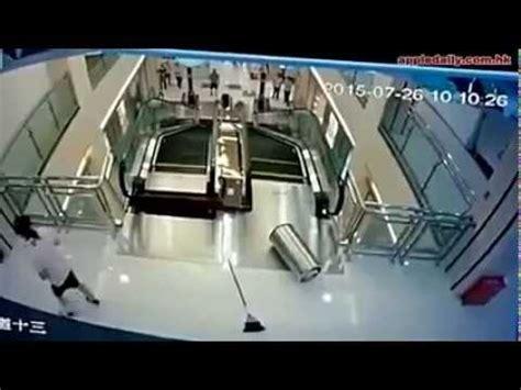 A Z Mengasuh Bayi Tanpa Panik seorang ibu tewas tertelan eskalator di china hd