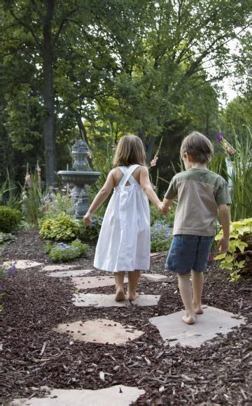 rindenmulch als gartenweg rindenmulch als bett erinnert an waldboden und wirkt