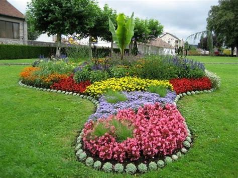 Backyard Flower Garden Ideas by 33 Beautiful Flower Beds Adding Bright Centerpieces To