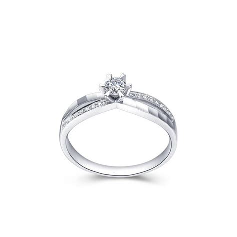 luxurious engagement ring on 18k white gold