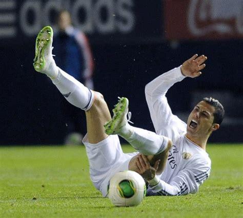 Sepatu Bola Milik Cristiano Ronaldo detail sepatu menyala dalam gelap terbaru cristiano