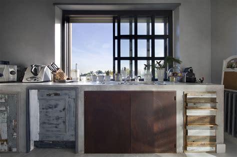 Cucina Con Mobili Di Recupero una fantastica cucina con materiali di recupero by