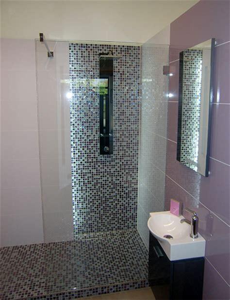 modernes badezimmer gefliest in lila violett baugesch 228 ft