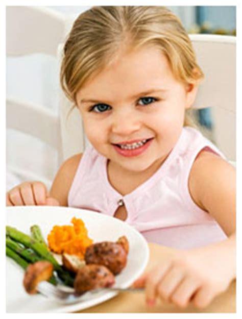 alimentazione mestruazioni primo ciclo mestruale precoce con dieta ricca di carne