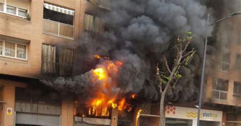 una columna de foc 8416430578 una gran columna de foc i fum obliga a desallotjar un supermercat i dos blocs de pisos r 224 dio
