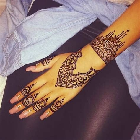 amazing henna tattoo on hand