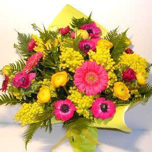 mazzo di fiori con mimose bouquet fiori con mimosa per 8 marzo