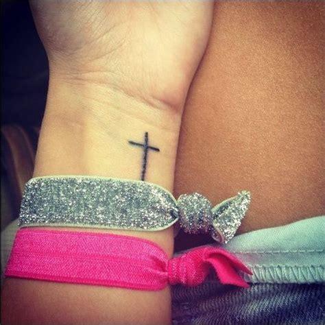Imagenes De Tatuajes De Una Crus | peque 241 o tatuaje de una cruz en la mu 241 eca tatuajes que