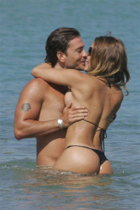 Celebrity Life News Photos Lola Ponce Ancora In Bikini Con Un Misterioso Uomo