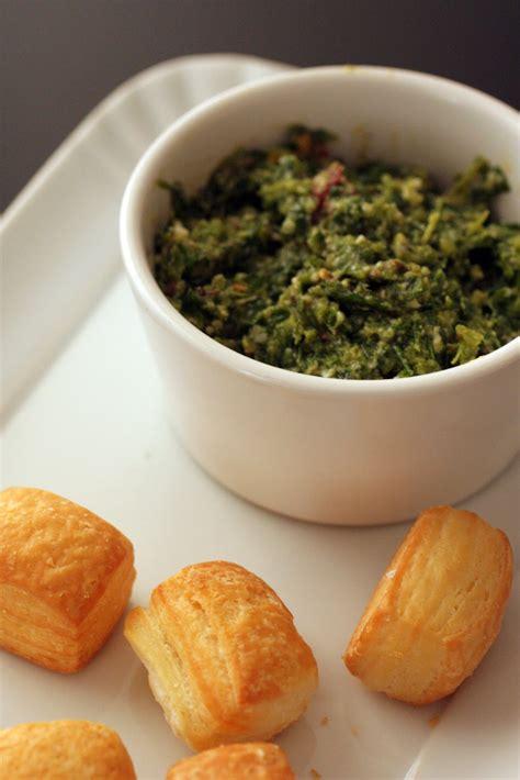 salsa di sedano verde salsa verde di foglie di sedano da a piedi nudi sul divano