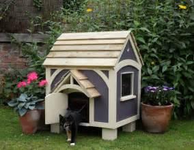 domek dla kota kt 243 ry latem towarzyszy rodzinie w ogrodzie